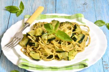 Espaguetis con calabacín y salsa de aguacate