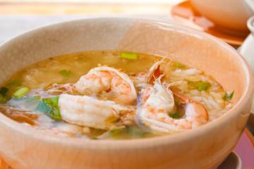 Sopa de arroz con verduras y gambas