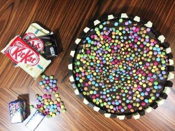 Tarta de chocolate con Kit Kat y Smarties