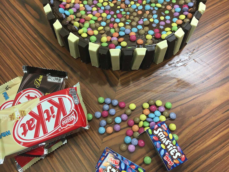Tarta de chocolate con Kit Kat y Smarties - Recetín