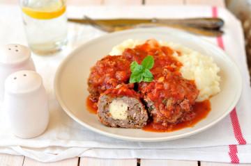 Albóndigas de carne rellenas de queso y con salsa de tomate Orlando