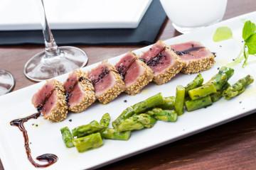 Tataki de atún con espárragos trigueros