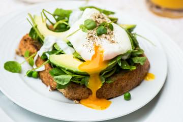 Tostadas con huevo poché y aguacate. ¡Deliciosas!