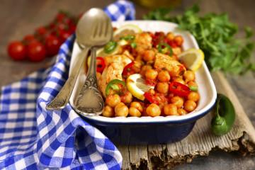 Ensalada de garbanzos con tomate y pechuga de pollo