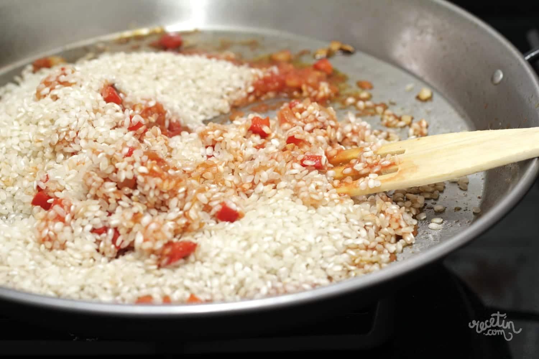Exquisito y sabroso arroz seco acompa ado con almejas y - Arroz con gambas y almejas ...