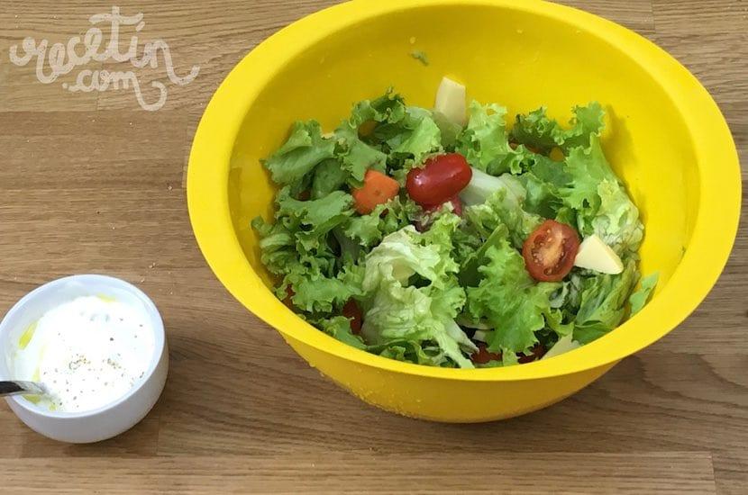 Ensalada con salsa de yogur preparación