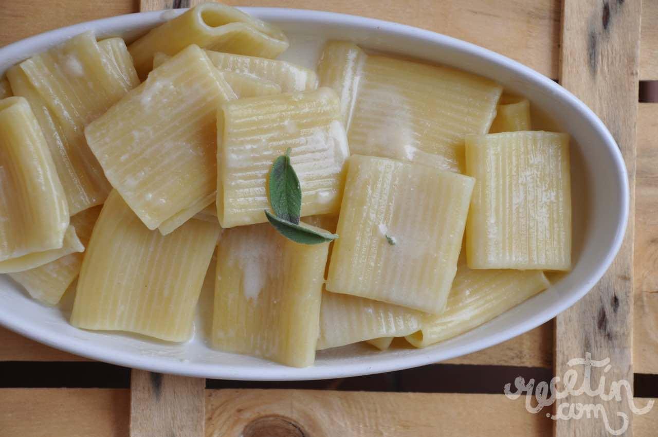 Pasta con parmesano y salvia recet n - Platos de pasta sencillos ...