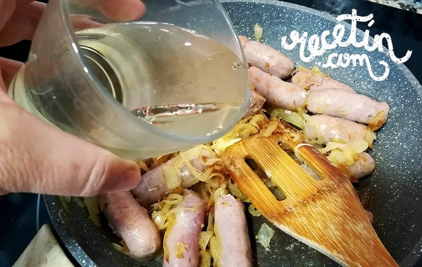 salchichas al vino blanco