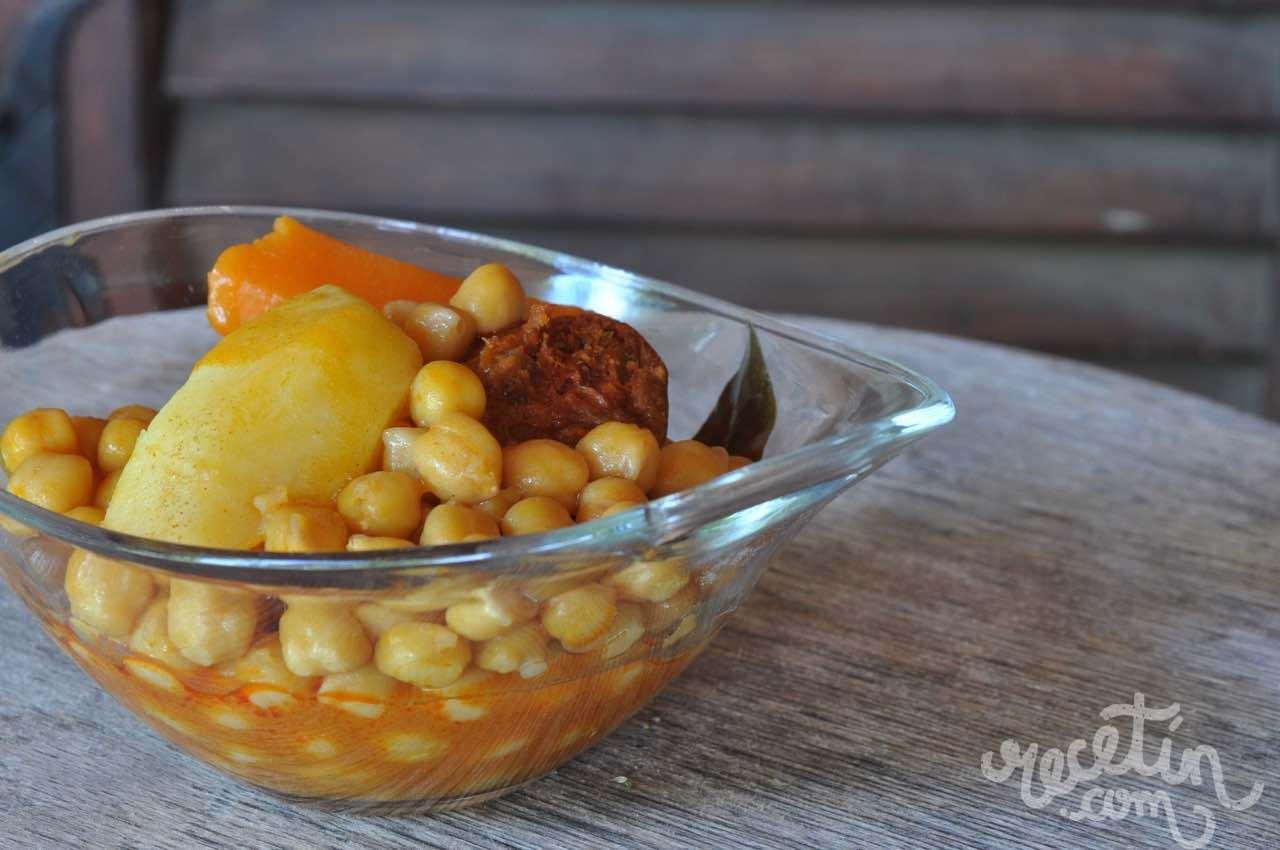 Garbanzos con chorizo, un plato tradicional que gusta a todos