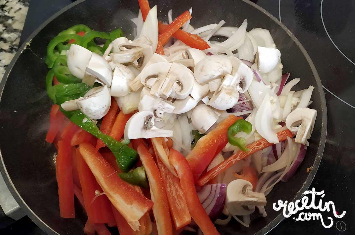 muslos-de-pollo-con-pimientos-y-cebolla