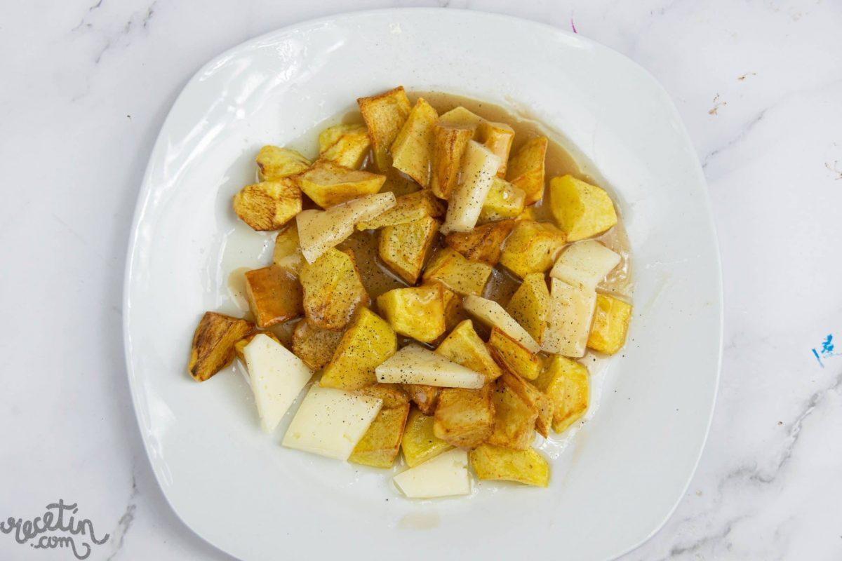 Poutine, patatas fritas con queso y salsa