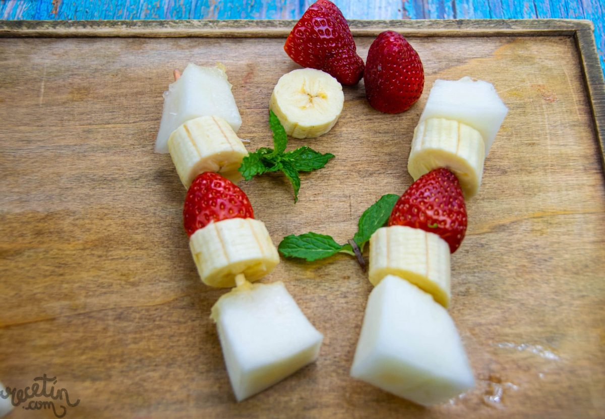 brochetas de fruta fáciles y divertidas